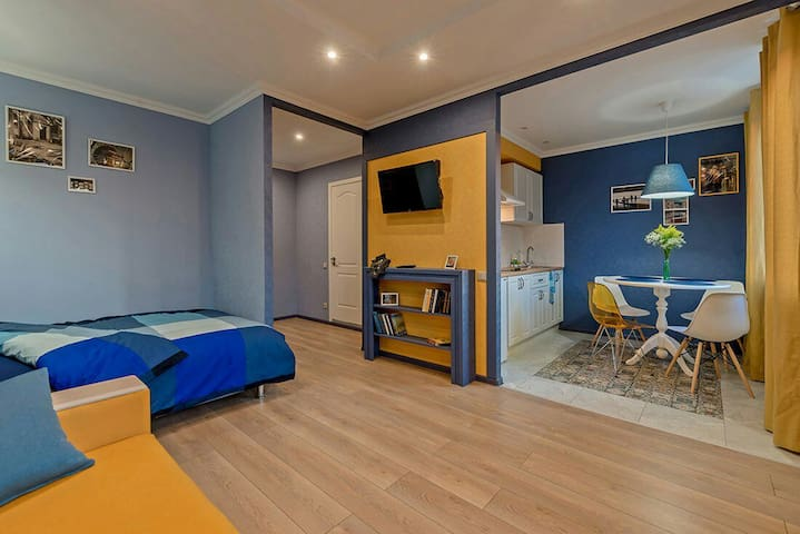 Просторная комната и стильная кухня