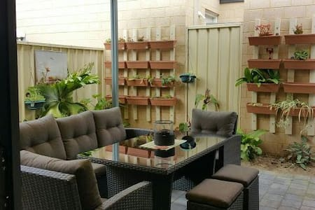 Lyns place : twin room Sunny Family-Friendly Room - Balga