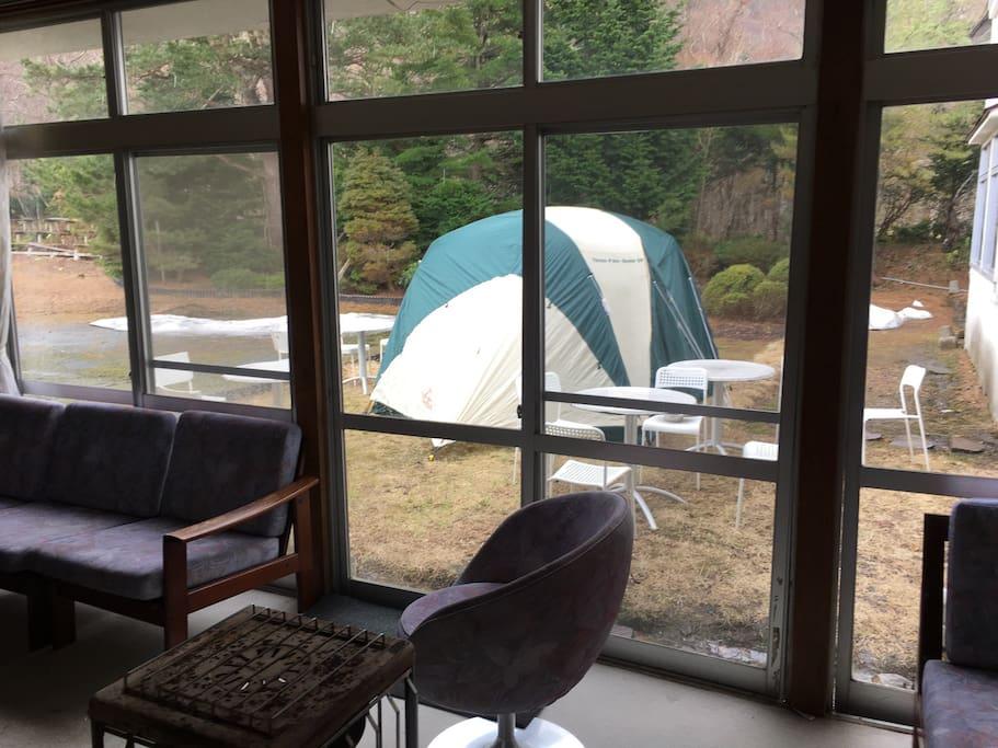 テントは御2人がゆったりと過ごせるスペースもあり、寝袋と簡易ベッドを設置しております。悪天候で寒かったり、暑かったりした場合は追加料金で館内の客室も利用出来ます。