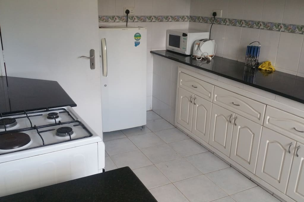 Kitchen with cooker, microwave and refrigerator. Plent of cuboard space