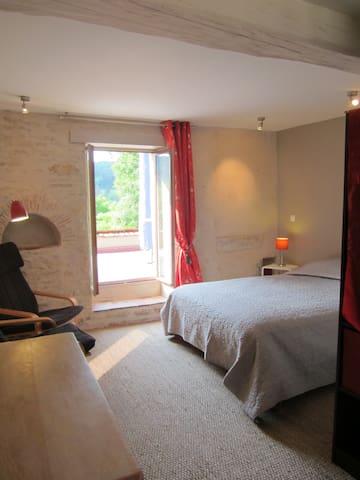 """Chambre avec terrasse """"Au Poirier de la Perdrix"""" - Vézelay - Bed & Breakfast"""
