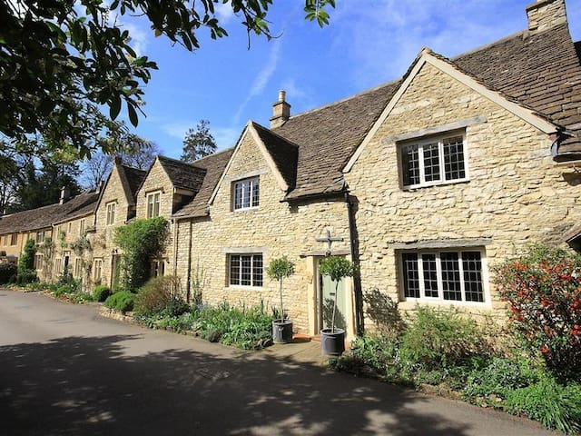 CASTLE COMBE COTTAGE, pet friendly in Bath, Ref 988862