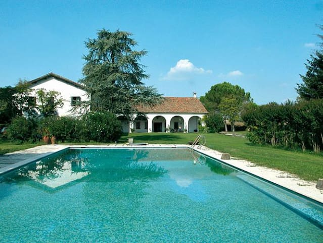 Large ancient farmhouse with pool and tennis pitch - Abano Terme - Huis
