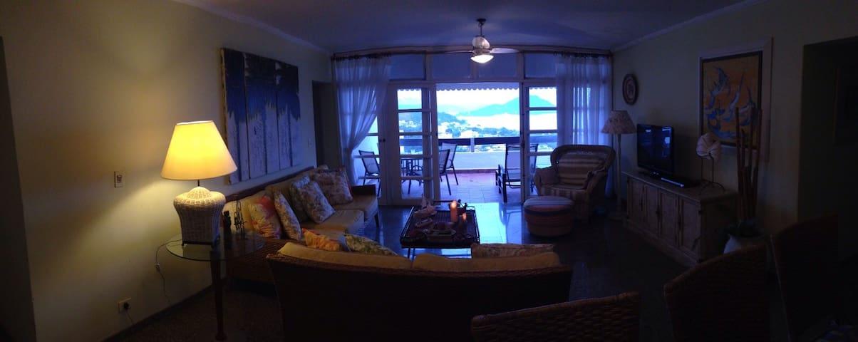 Vista deslumbrante em apartamento bem decorado. - Toninhas