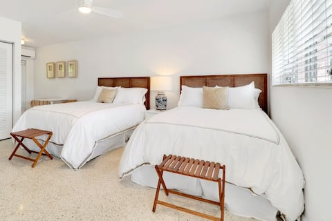 Deluxe Room, 3 Blocks from Fifth Ave and the Beach