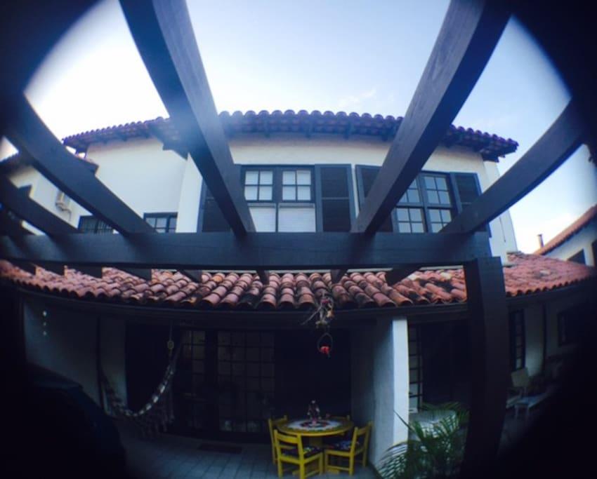 Vista frontal da casa, garagem para 2 veículos área de descanso e recepção