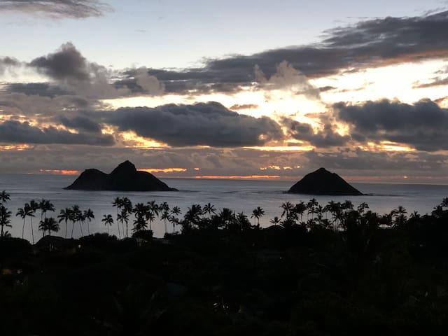 Lanikai Beach Cottage with a view!