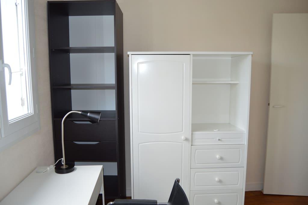 Chambre  (penderie, tiroirs et étagères)