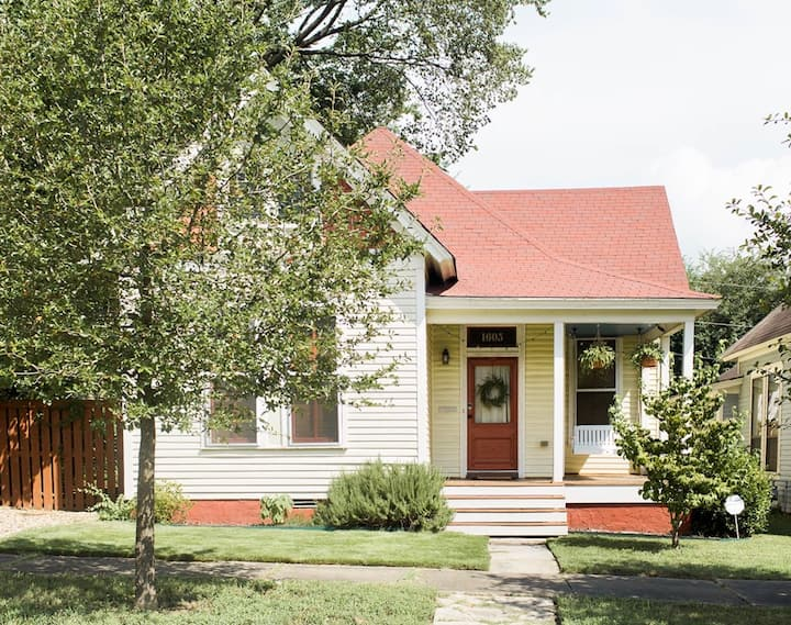 The SoMa Cottage - Steps away from Main Street!