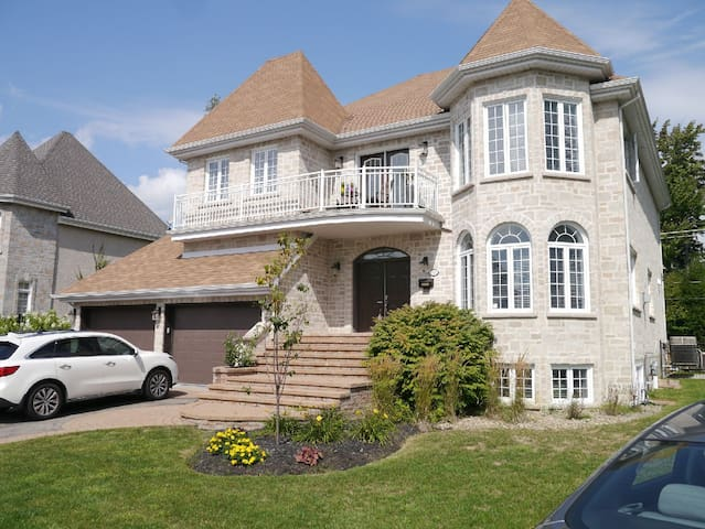 4bdr,house top suburb Montreal discreet pool.