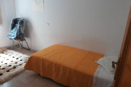 Habitacion pequeña y còmoda .