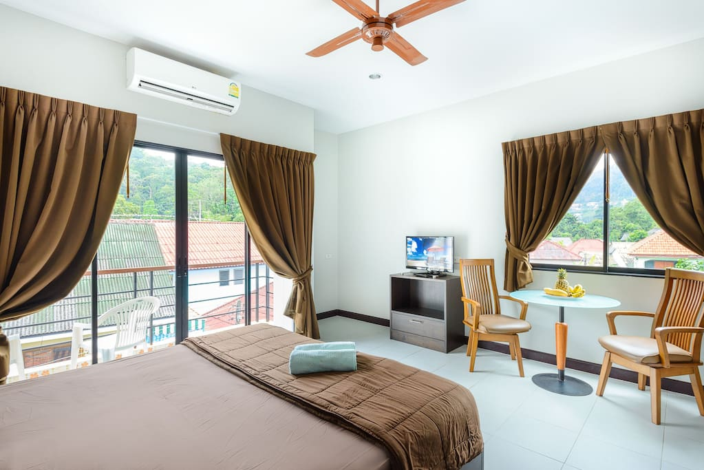 Спальня, выход на балкон, TV .