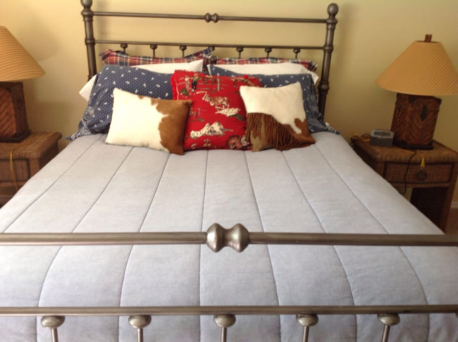 Second queen size bedroom.