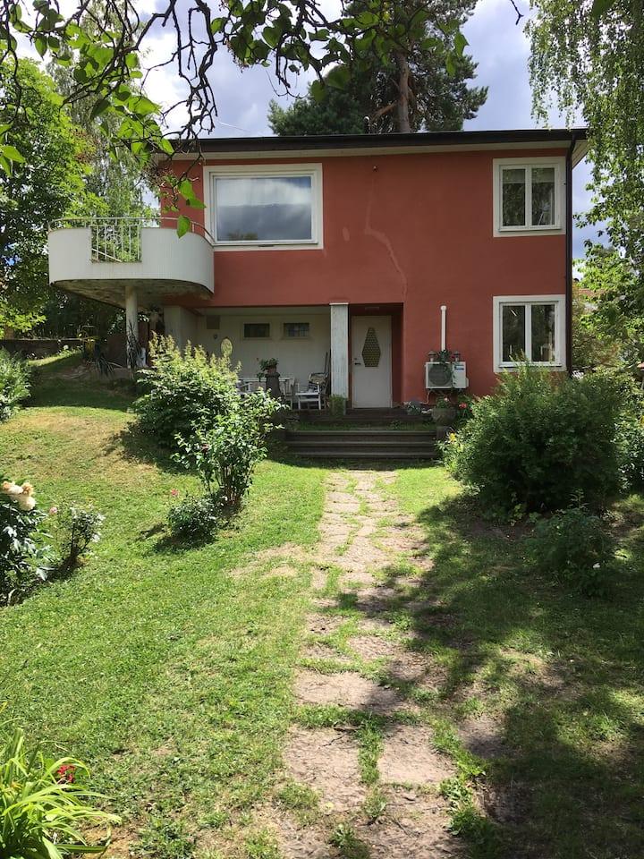 Välkomna till trivsam villa nära Stockholms City