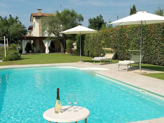 Villa con piscina tra mare e colline