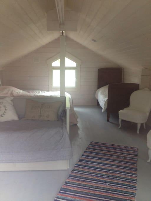 Yläkerrassa parivuode ja levitettävä sohva sekä kaksi vanhanajan sänkyä.