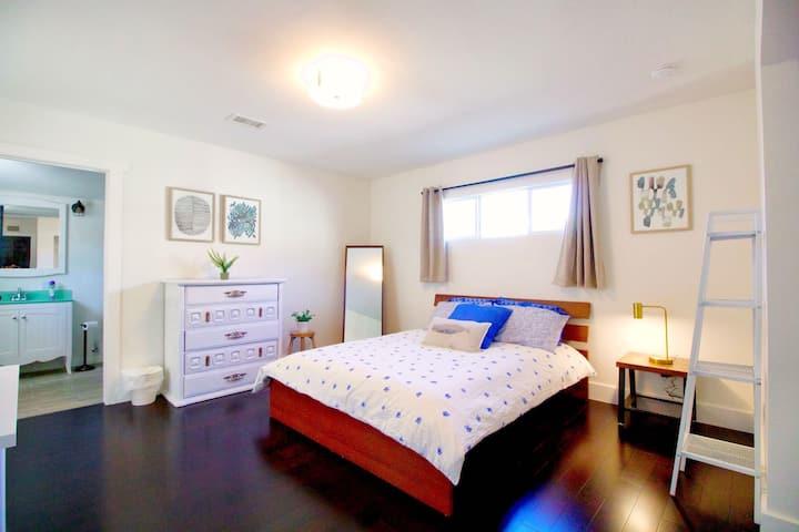 DISNEYLAND! Clean Bedroom + Private Bathroom