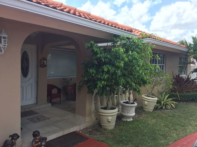 Cozy 2BR with parking included - Miami - Lägenhet