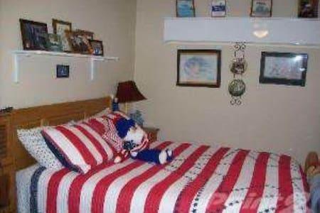 Cozy Spacious Room - Warrenville - Casa