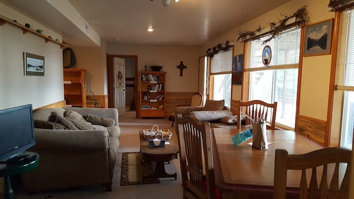 2BR Suite with Lake/Mtn View 1 Block fr FH Lake!