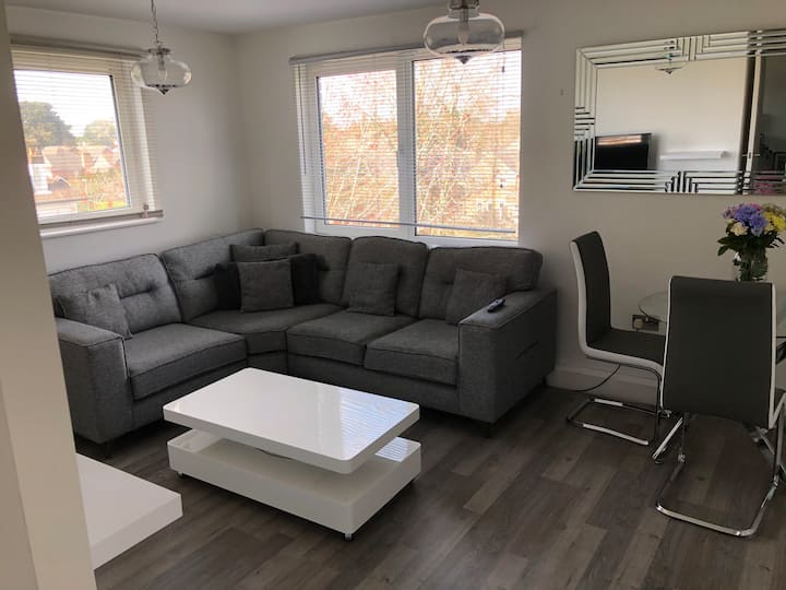 Bright, modern 2 bed apartment with o/r parking