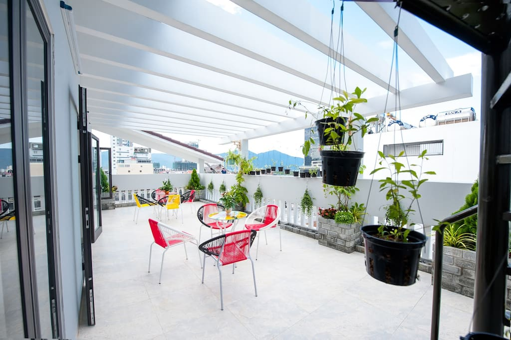 This is a quite space on the fourth floor of Ariel Homes. Here you can just hang out, read a book, have a nice cool drink and enjoy the views of the beach and or city.