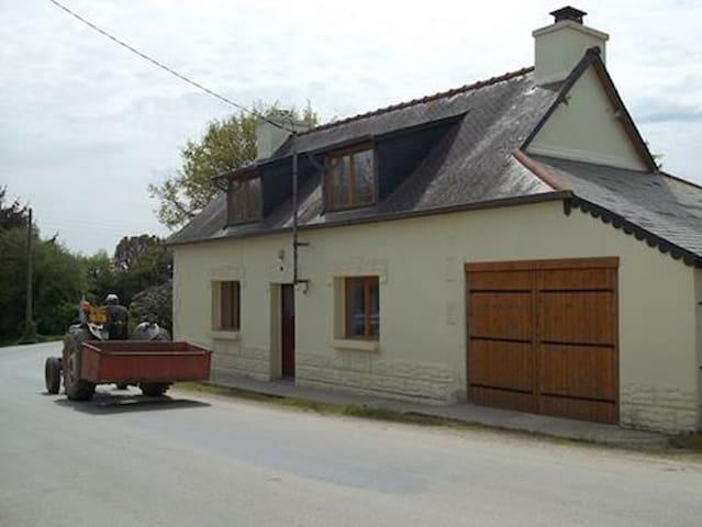 Det. house w/garden in quiet hamlet - Maël-Carhaix - Casa