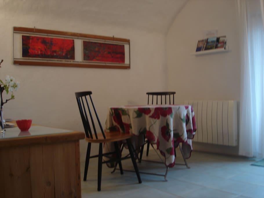 Pour votre confort un espace thé , café au retour d'une ballade , cette pièce a vue sur la terrasse et le lac