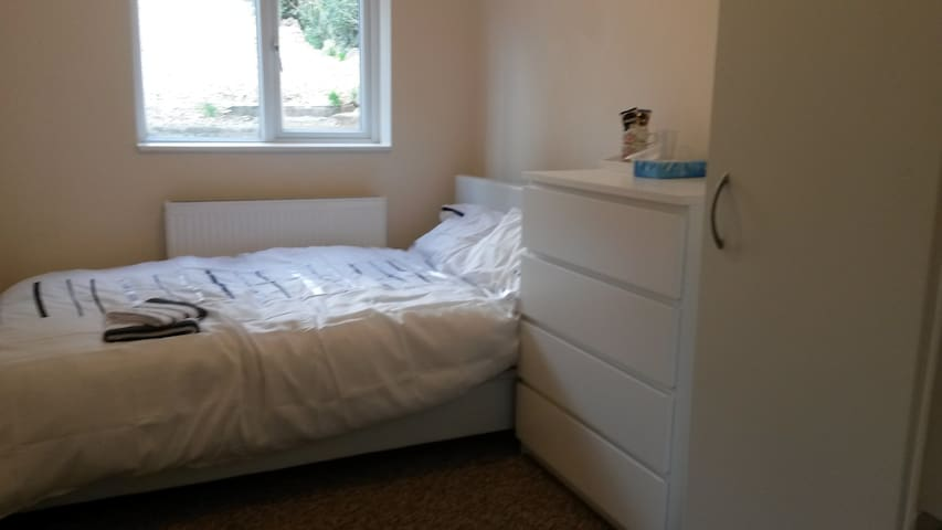 CLEAN room walking distance to Airport - Luton - Bed & Breakfast