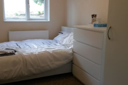 CLEAN room walking distance to Airport - Luton