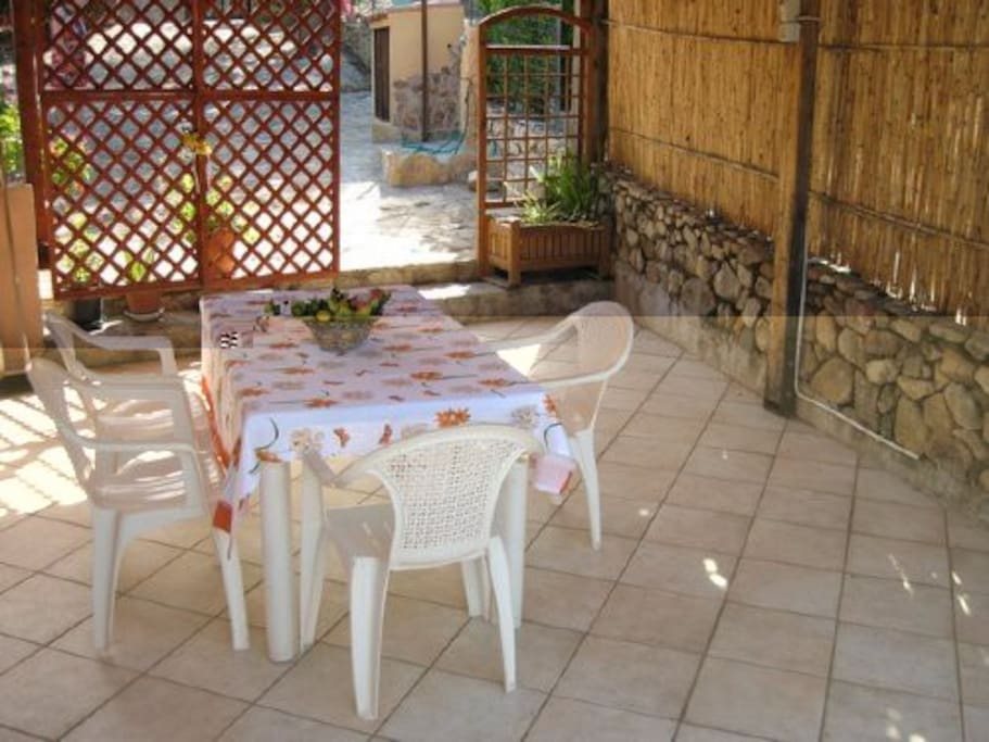 patio coperto arredato