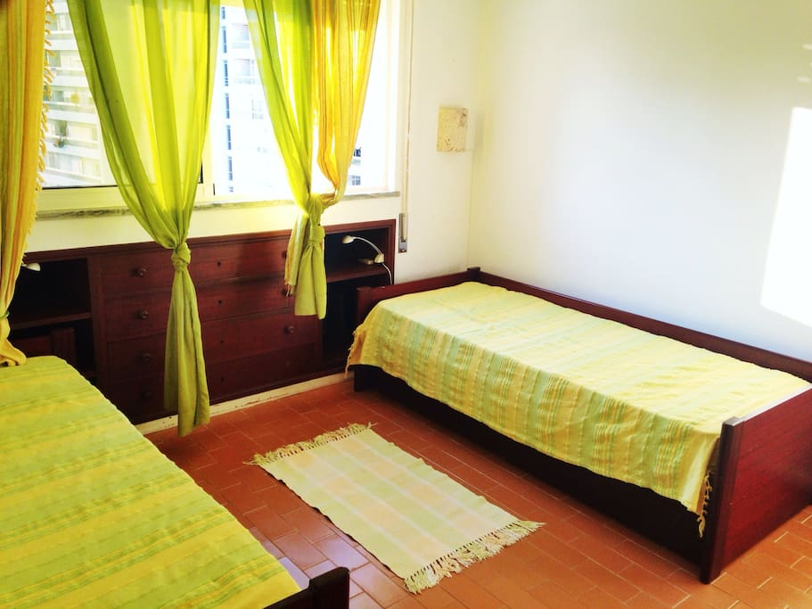 Twin bedroom with 3 single beds (green)
