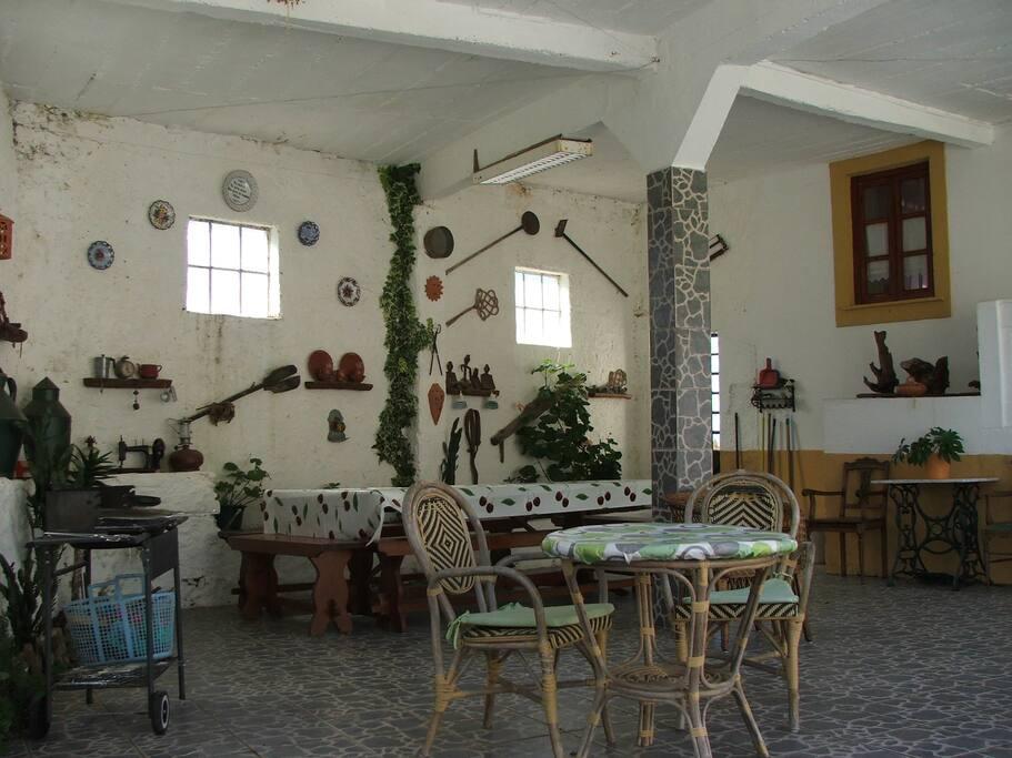 Pátio com decoração rústica