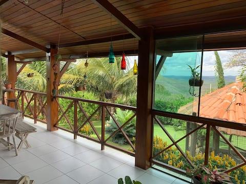 Casa aconchegante, com vista e rodeada de natureza