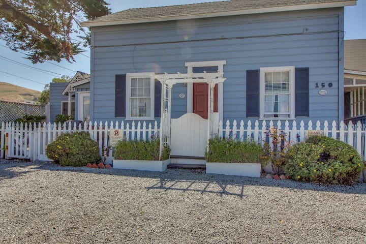 Upstairs duplex in the heart of Cayucos - steps to town and beach! Free WiFi!