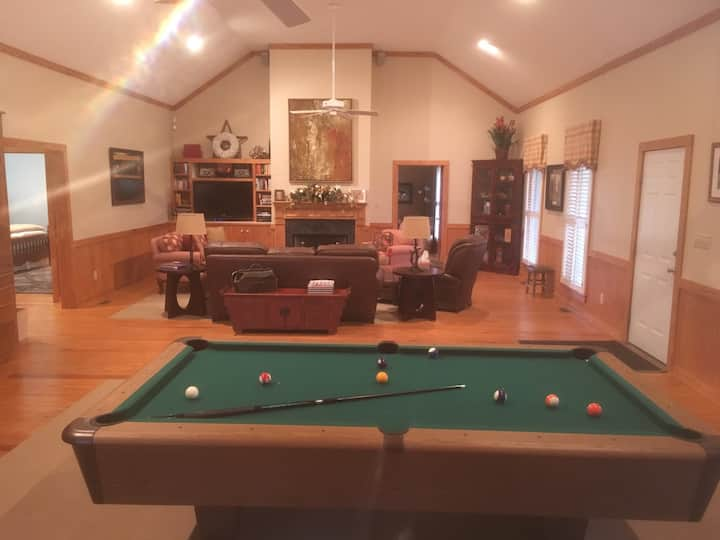 Beautifully decorated, large cabin in Tarboro