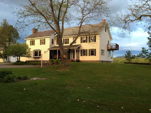 Mountain View Room in Mid 1850 Home - Castleton - Bed & Breakfast