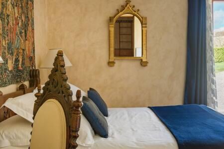 Marie's bedroom  with amazing castle's view and big bathroom. La chambre Marie avec sa superbe vue château et son grand lit.