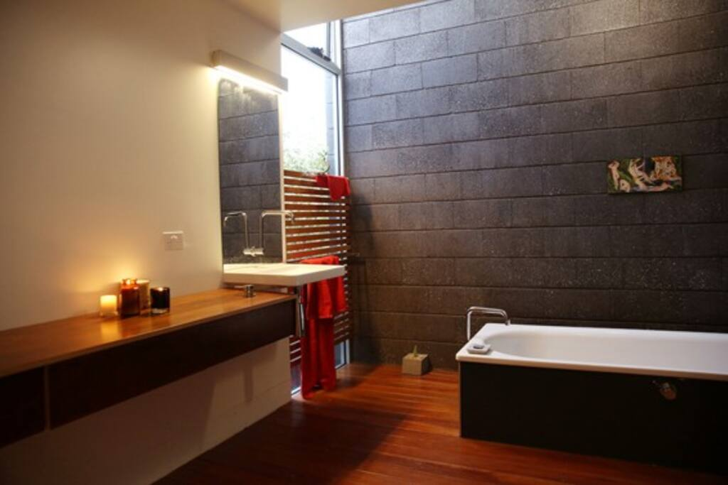 Big sunny modern bathroom