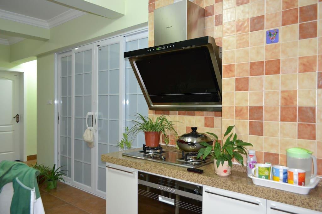 这是厨房的照片。全套海尔厨柜厨具令您吃的舒心、放心。