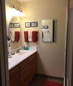 Master bedroom in Claremont home - Claremont - Hus