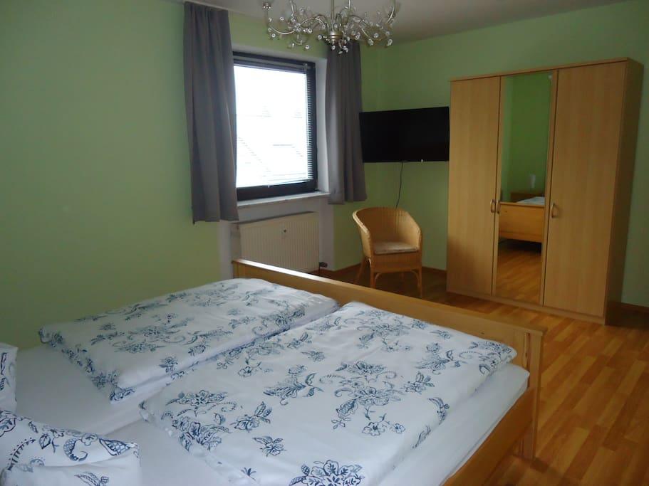 Schlafzimmer mit Doppelbett 2m x 2 m