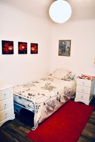 Bright cosy room. Near town/hospital *FEMALES ONLY