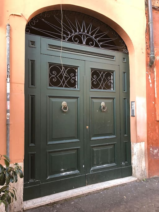 The main door Via Paglia 4