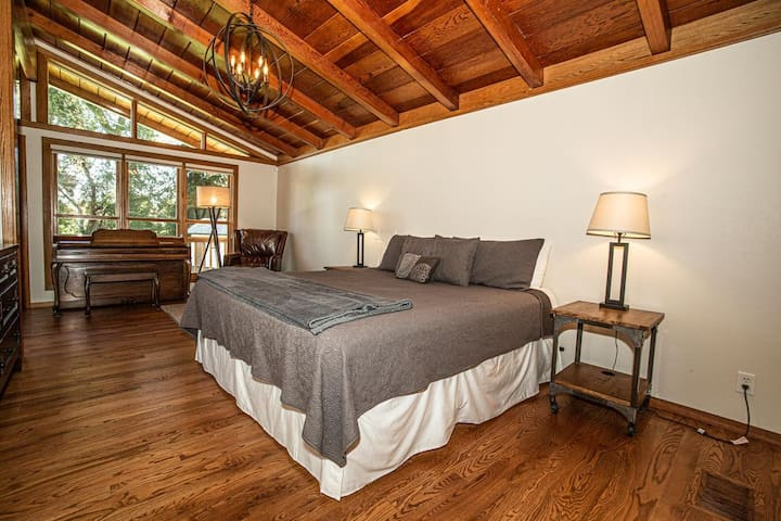 Kingsize Bed in the Master Bedroom