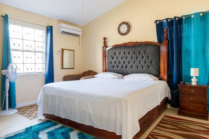 Master bedroom with King-size bed, walk-in closet and bathroom en suite