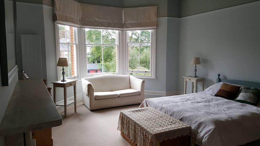 Lovely large bright room in Victorian Family Home - Richmond - Casa