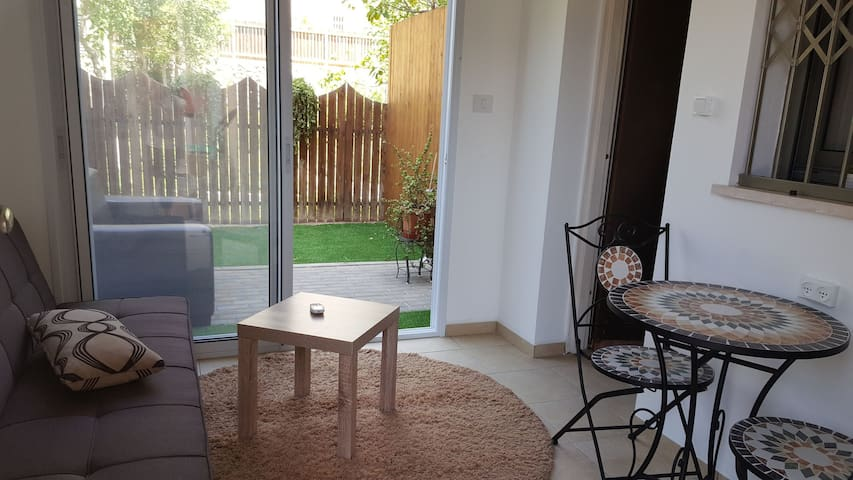 Cosy 2 rooms unit with a private garden