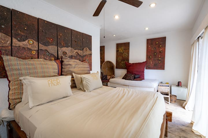 Room Juluw is a spacious bedroom with 1 king size bed and 1 extra single bed available (additional charge applies - will be included if you select the correct number of guests in your inquiry)