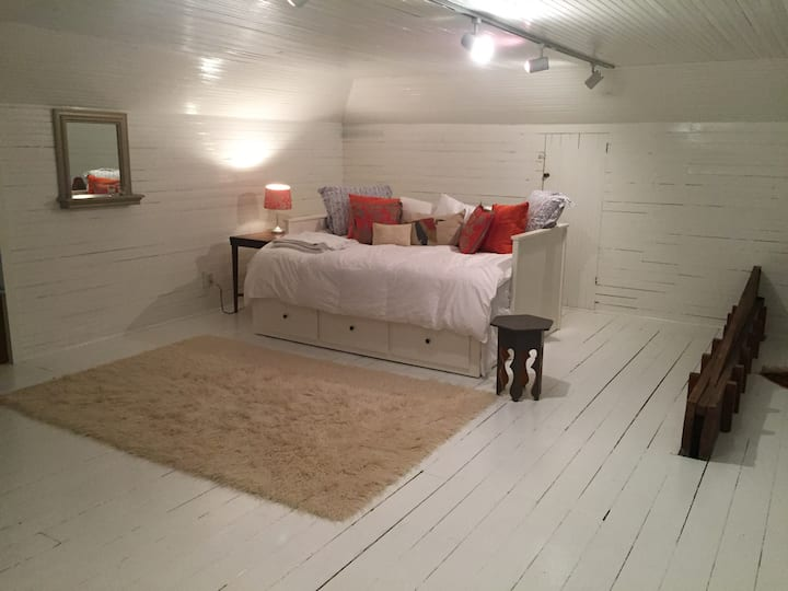 Tranquil Attic Getaway Near Downtown-Self check-in